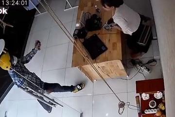 Nữ nhân viên choáng váng vì hành động bất ngờ của tên cướp