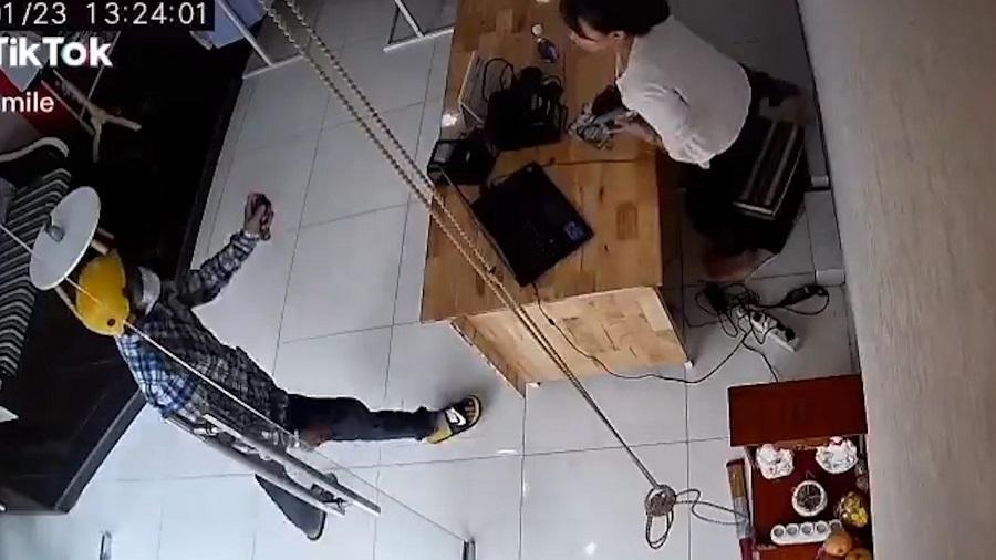 Clip cú sốc tên cướp giật điện thoại trong ngõ hẹp nóng nhất MXH