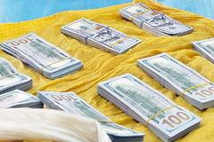 Bắt cặp đôi vận chuyển hơn 86.000 USD trái phép qua biên giới