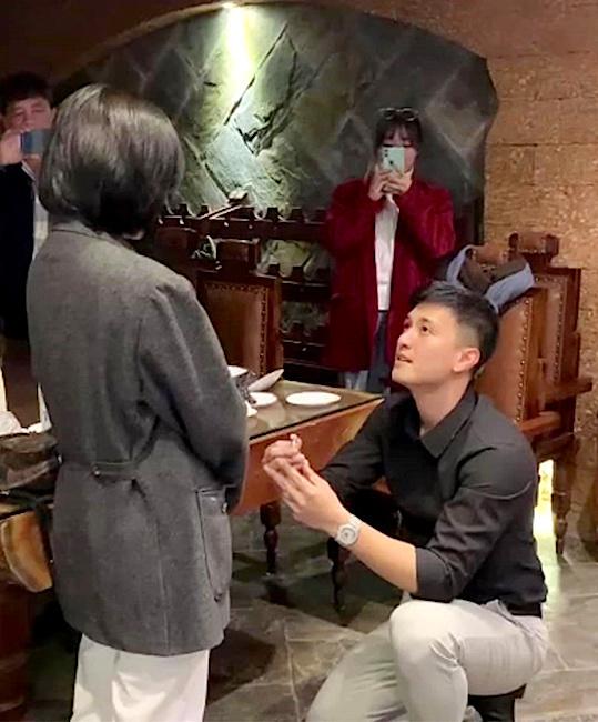 Diễn viên Huỳnh Anh cầu hôn MC Bạch Lan Phương