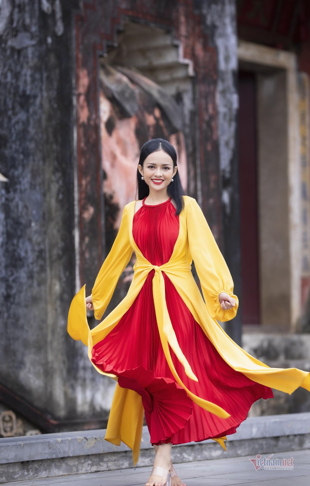 MC Thanh Trúc gợi cảm trong áo dài tứ thân màu nổi