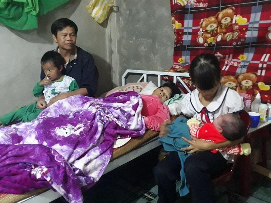 Vợ xuất huyết não liệt giường, cám cảnh chồng nuôi 3 con thơ dại