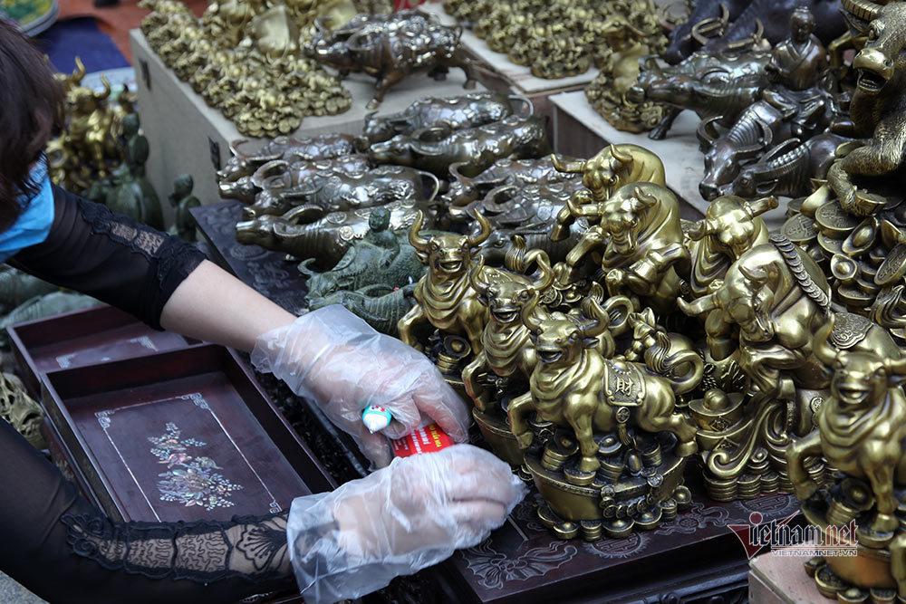 Linh vật trâu hàng chục triệu đồng nổi bật ở chợ Tết Hà Nội