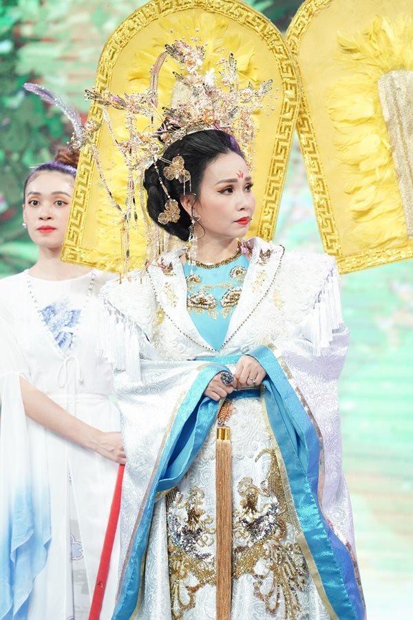 Đàm Vĩnh Hưng mặc áo nặng 20kg trong Táo Xuân Tết