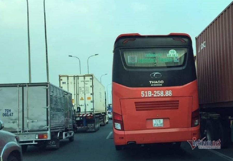 Xe tải nổ lốp lật ngang cao tốc Long Thành, giao thông tê liệt