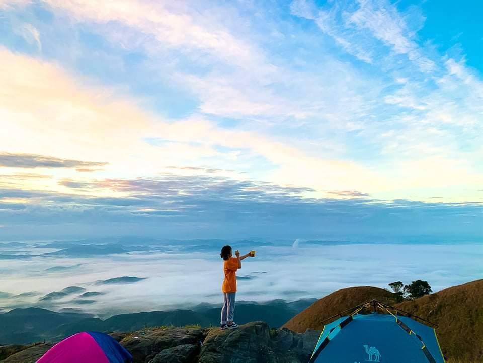 Giới trẻ mê mẩn 'sống lưng khủng long' trên đỉnh Mẫu Sơn