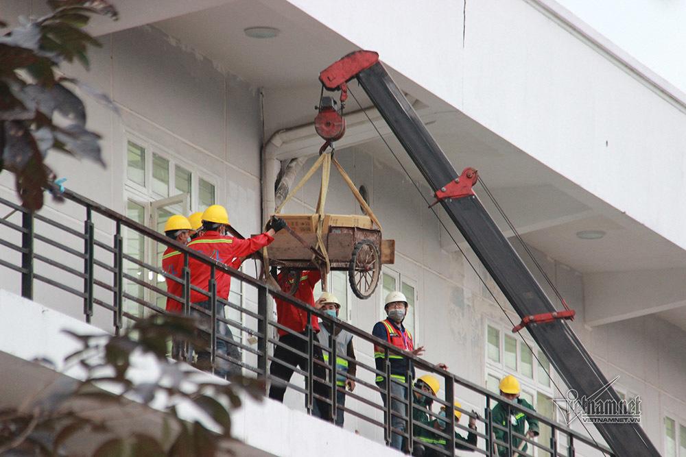 Hình ảnh bệnh viện dã chiến Chí Linh đang được 120 công nhân ngày đêm lắp đặt