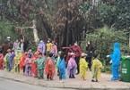 Xúc động hình ảnh trẻ 4 tuổi mặc áo mưa đi cách ly tập trung