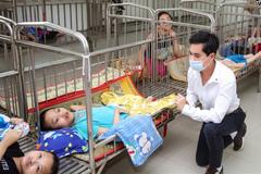 Ca sĩ Ngọc Sơn tặng trẻ mồ côi 100 triệu đón Tết