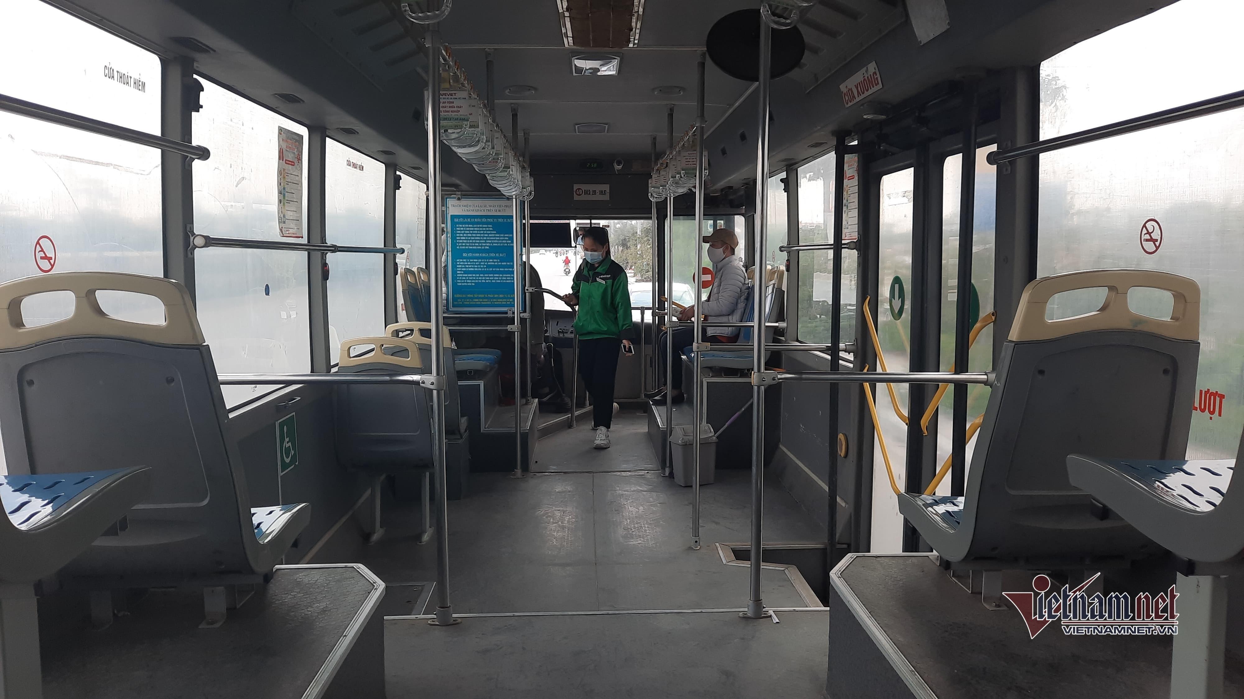 Xe buýt thủ đô vắng hoe ngày gần tết vì Covid-19
