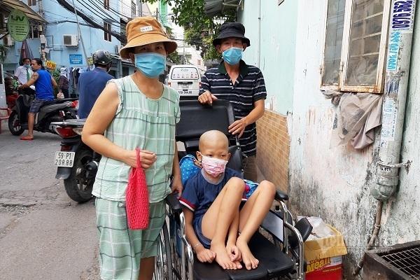 Bán sạch nhà cửa, mẹ ung thư tay trắng xin cứu con u não