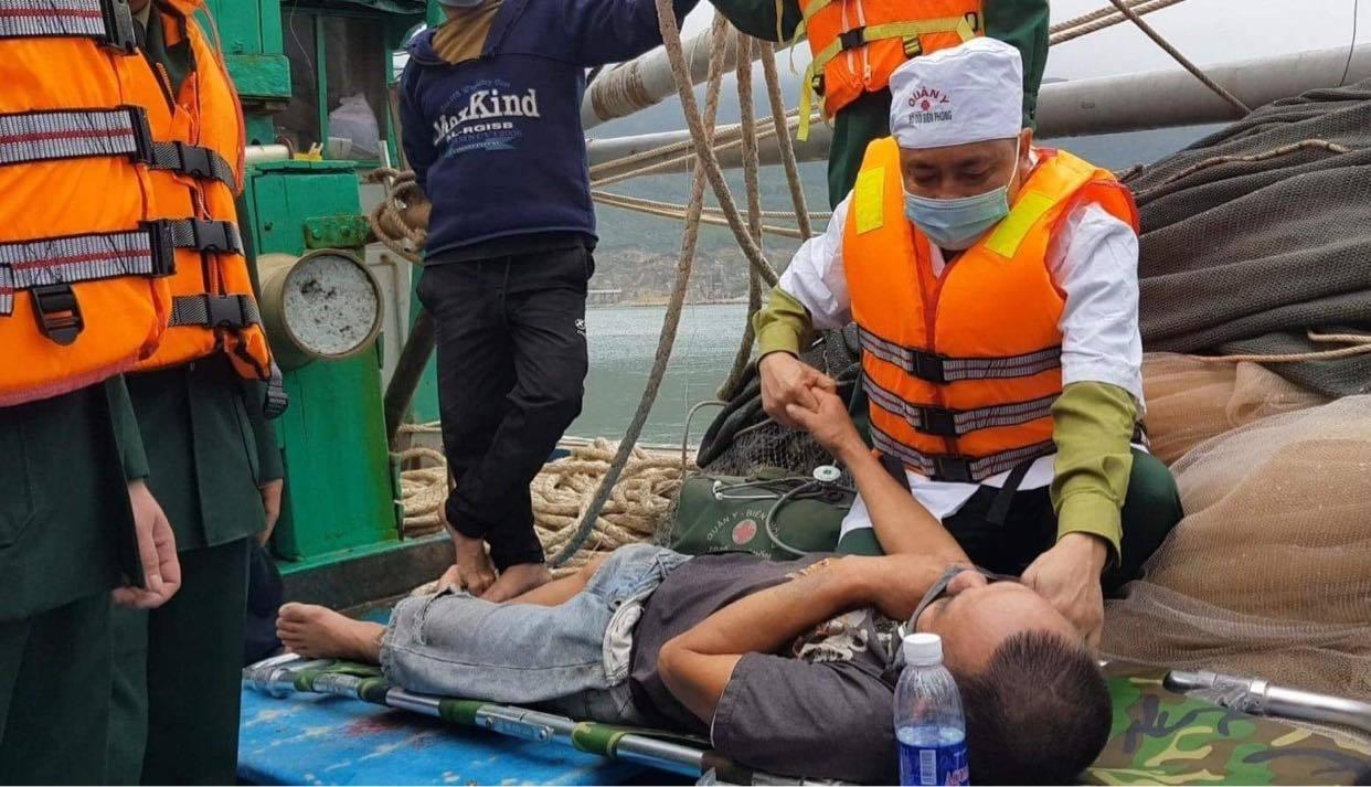 Tàu cá bốc cháy dữ dội, 8 thuyền viên nháo nhào nhảy xuống biển