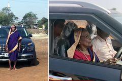 Cụ bà gần 90 tuổi lần đầu tập lái ô tô gây sốt