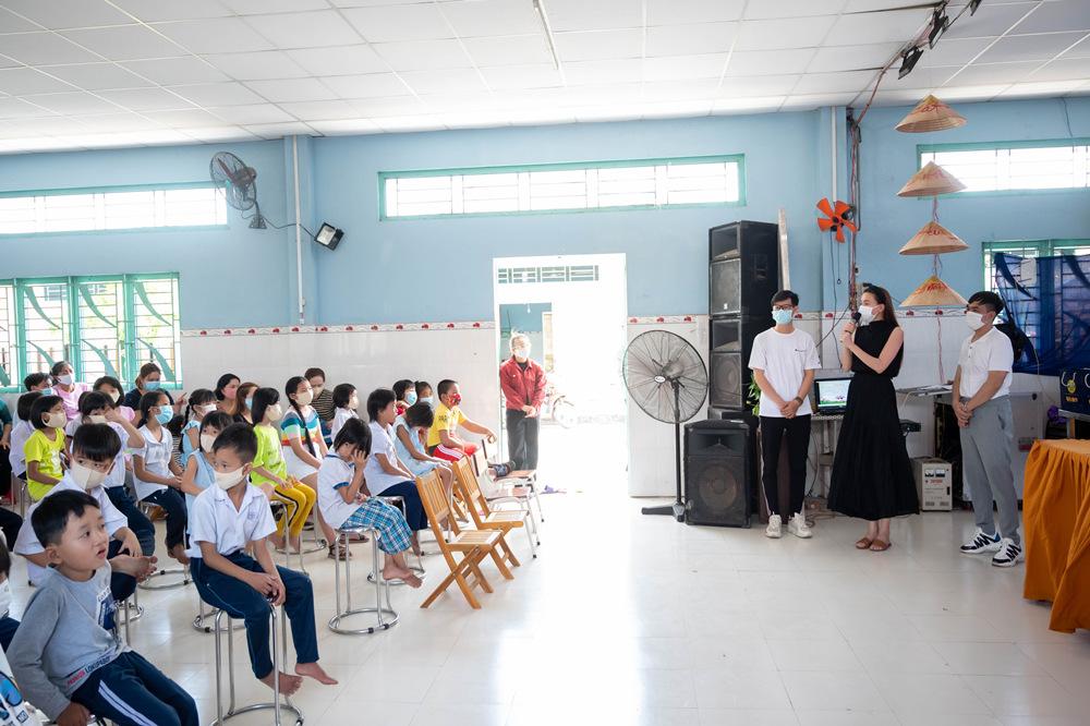 Hồ Ngọc Hà, Bùi Anh Tuấn trao quà Tết cho trẻ mồ côi