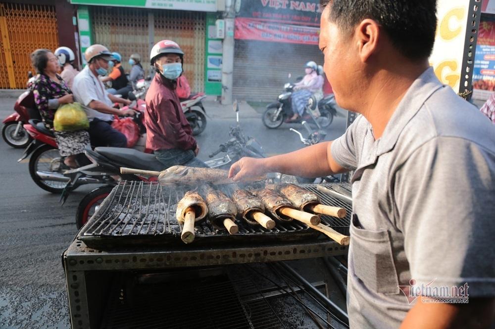 Phố cá lóc nướng ở Sài Gòn nhộn nhịp ngày cúng ông Công ông Táo