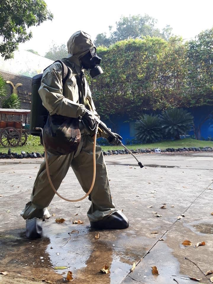 Quân đội phun thuốc khử khuẩn vùng phong tỏa trường ĐH ở Bình Dương
