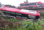 Xe khách lao thẳng xuống kênh ở Tiền Giang, hành khách khiếp vía