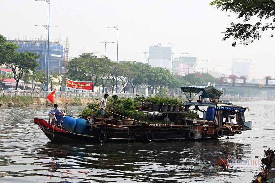 Thương hồ miền Tây chở hoa xuân lên Sài Gòn tìm Tết