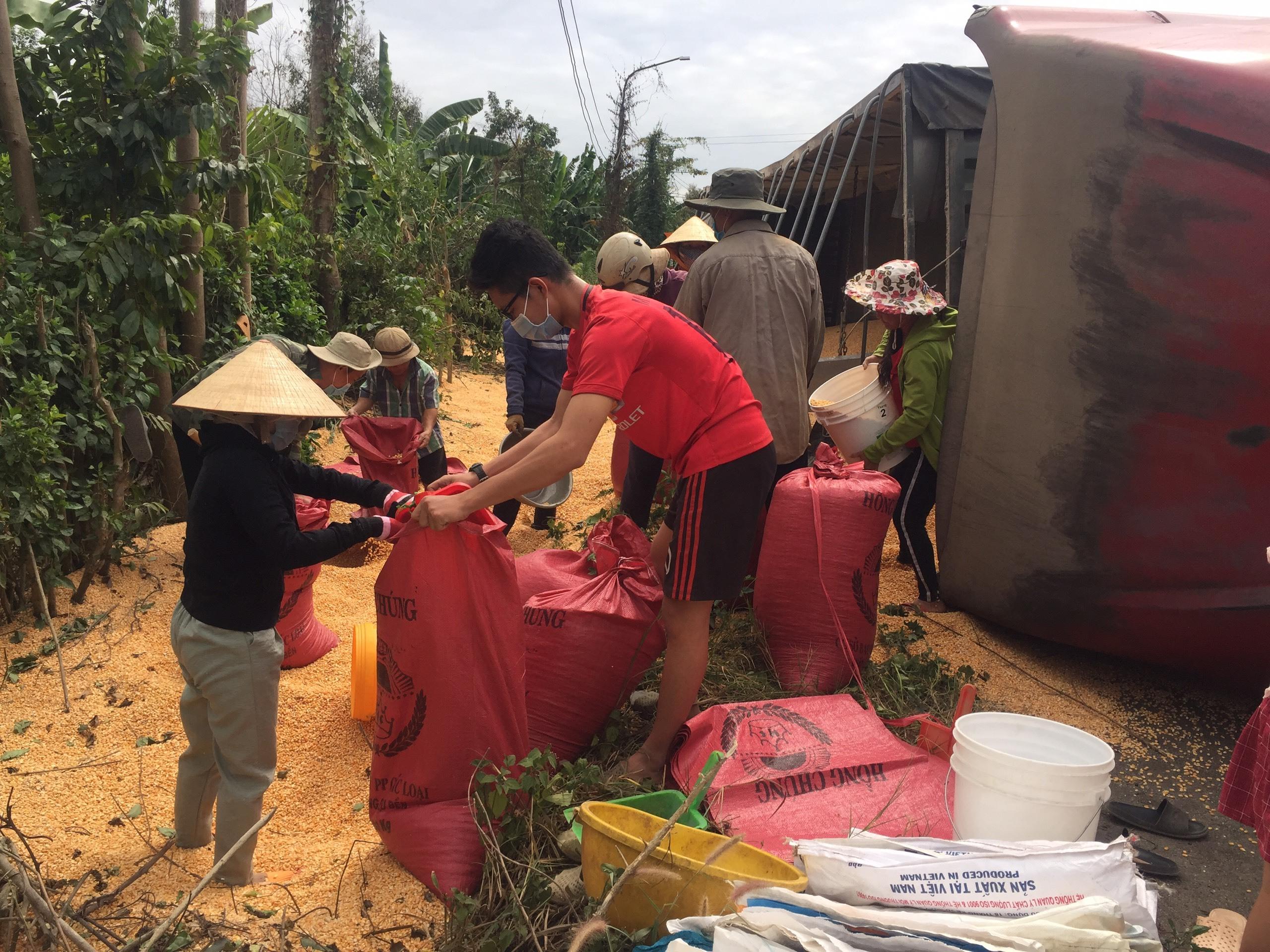 Xe container bị lật nhào ở Vũng Tàu, gần 30 tấn ngô vương vãi khắp đường