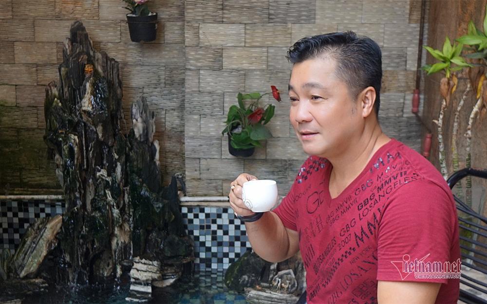 Lý Hùng tuổi 52 sống độc thân vui vẻ, thay ba chăm sóc mẹ