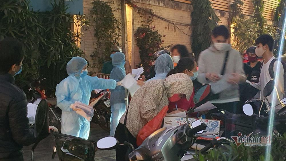 Hà Nội phong tỏa chung cư 88 Láng Hạ, hàng trăm người chờ khai báo y tế