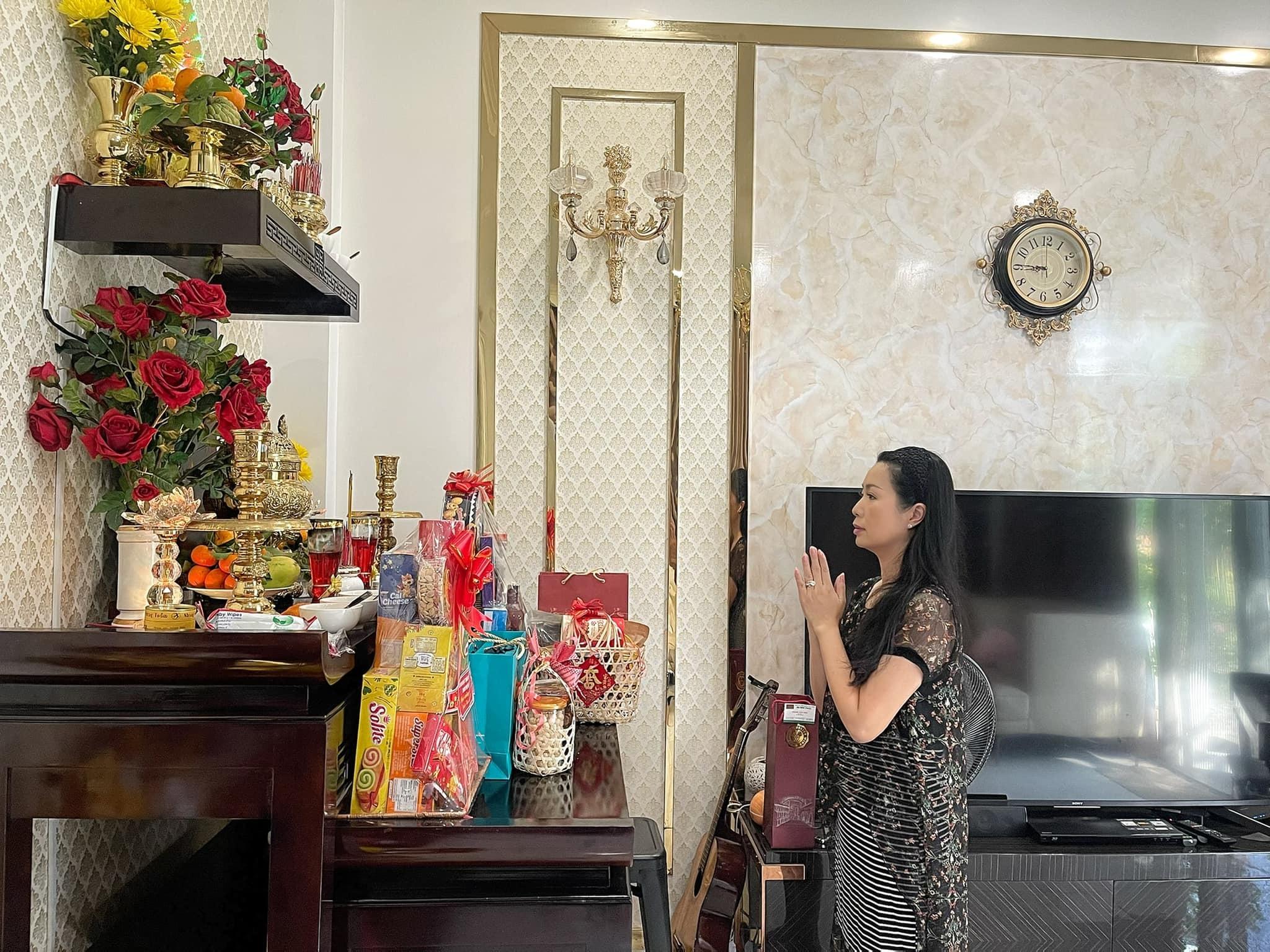 Hoàng Thùy Linh quyến rũ với vai trần, eo thon
