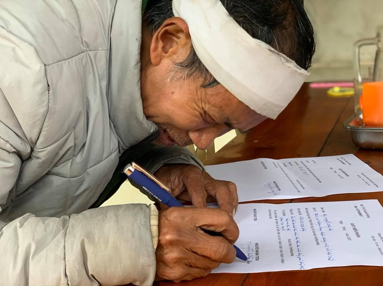 Ông Nguyễn Hồng Ân vỡ òa nhận hơn 638 triệu đồng bạn đọc ủng hộ