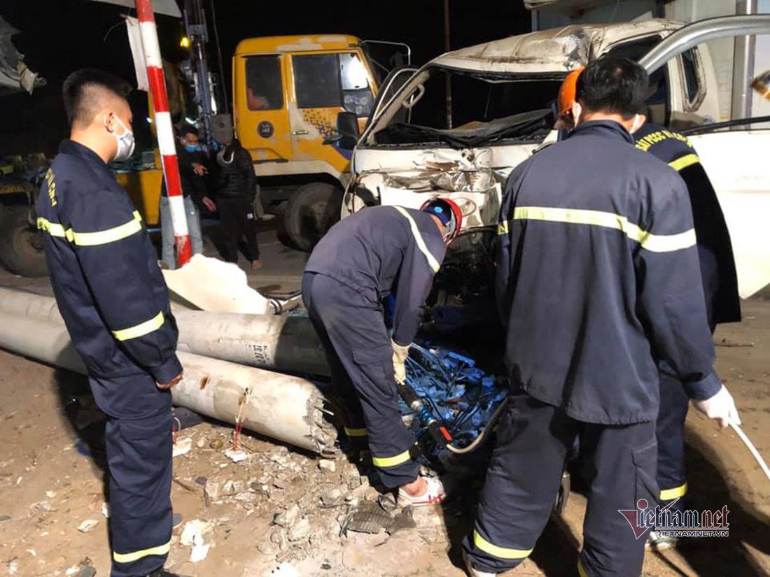 Xe tải tông xe máy, húc đổ 2 cột điện cao thế khiến 3 người chết ở Nghệ An