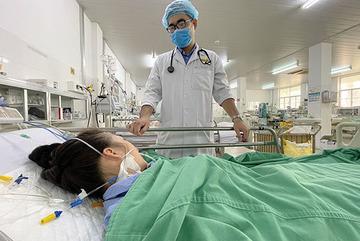 Lọc máu liên tục 56 giờ để cứu thiếu nữ 16 tuổi bị ong đốt