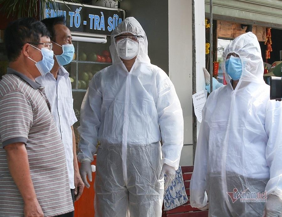 Chủ tịch Bình Dương mặc đồ bảo hộ vào thăm ngàn người trong vùng phong tỏa