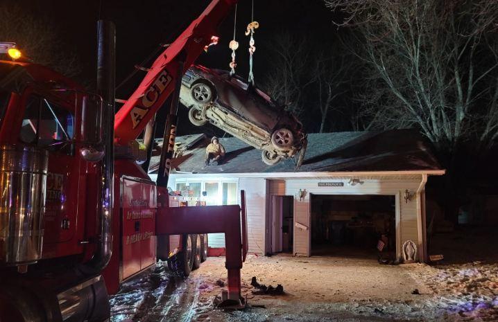 Toyota Corolla mất lái, bay cao 38 mét và 'hạ cánh' nóc nhà