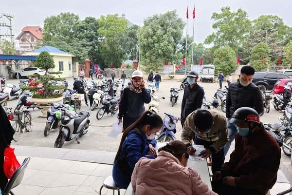 Hàng trăm người chen nhau xin giấy phép để ra vào Hải Phòng