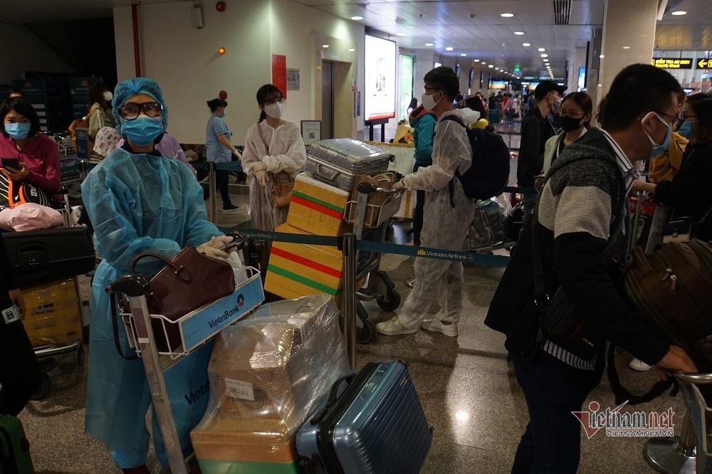 Sân bay Tân Sơn Nhất đông nghẹt khách ngày 25 Tết