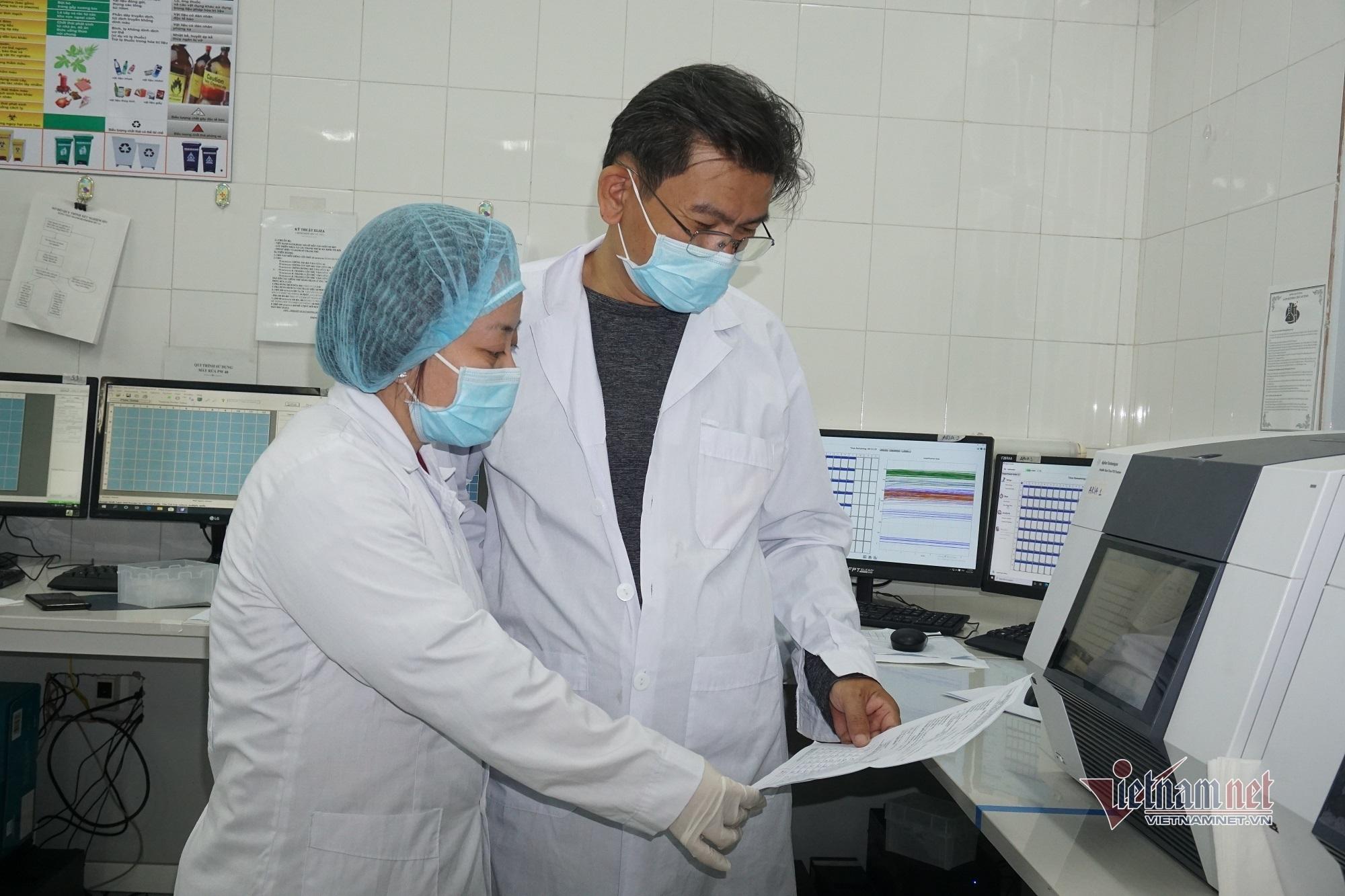 Vợ chồng chuyên gia vượt 1.600km chi viện xét nghiệm cho tâm dịch Hải Dương