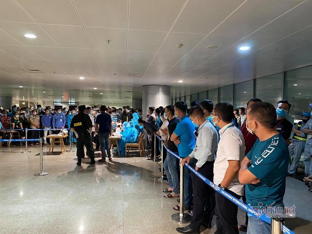 Hoàn thành lấy mẫu xét nghiệm Covid-19 'thần tốc' 1.000 nhân viên ở Tân Sơn Nhất thumbnail