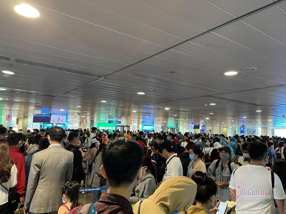 Hình ảnh bất ngờ ở sân bay Tân Sơn Nhất sau ca nhiễm Covid-19