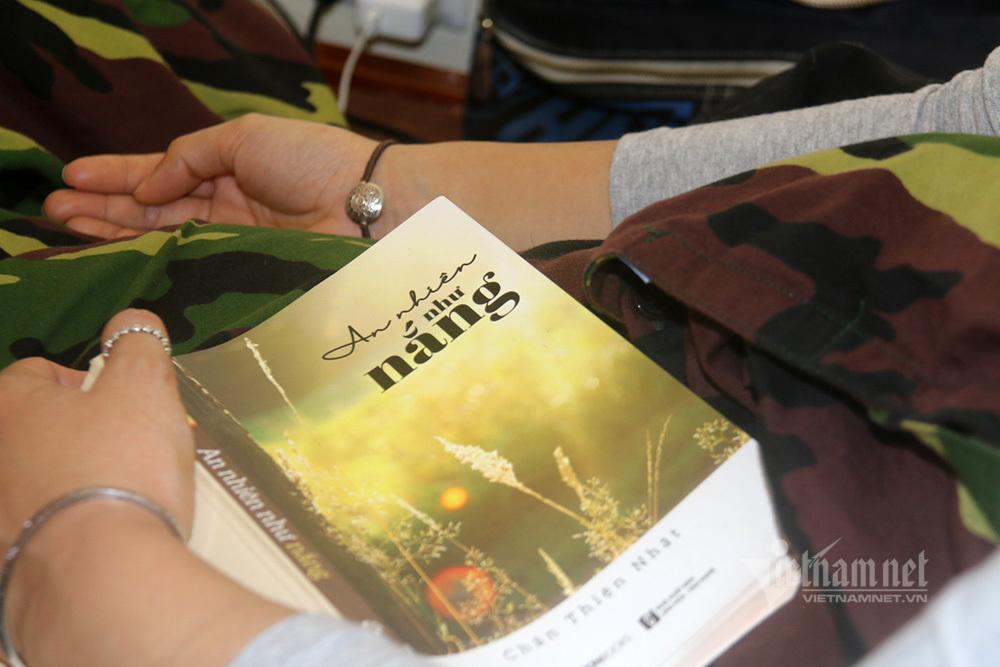 Khiêu vũ, đọc sách... ngày cận Tết ở khu cách ly Hà Nội