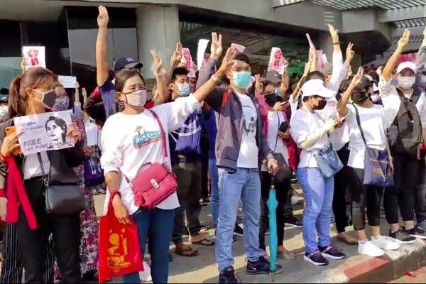 Hình ảnh hàng vạn người biểu tình xuống đường ở Myanmar