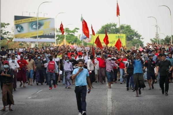 Hình ảnh hàng vạn người biểu tình xuống đường ở Myanmar thumbnail