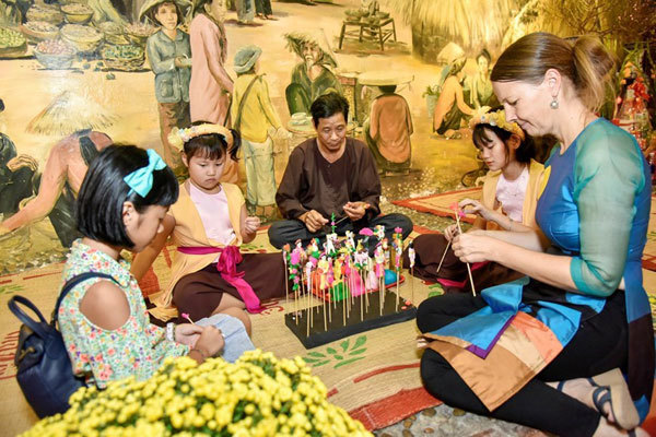 Foreigners experience Tet holiday in Vietnam