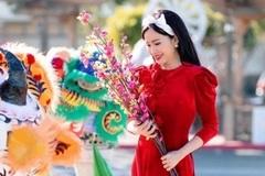 Đan Kim mặc áo dài đỏ tại Mỹ, tới chùa cầu bình an