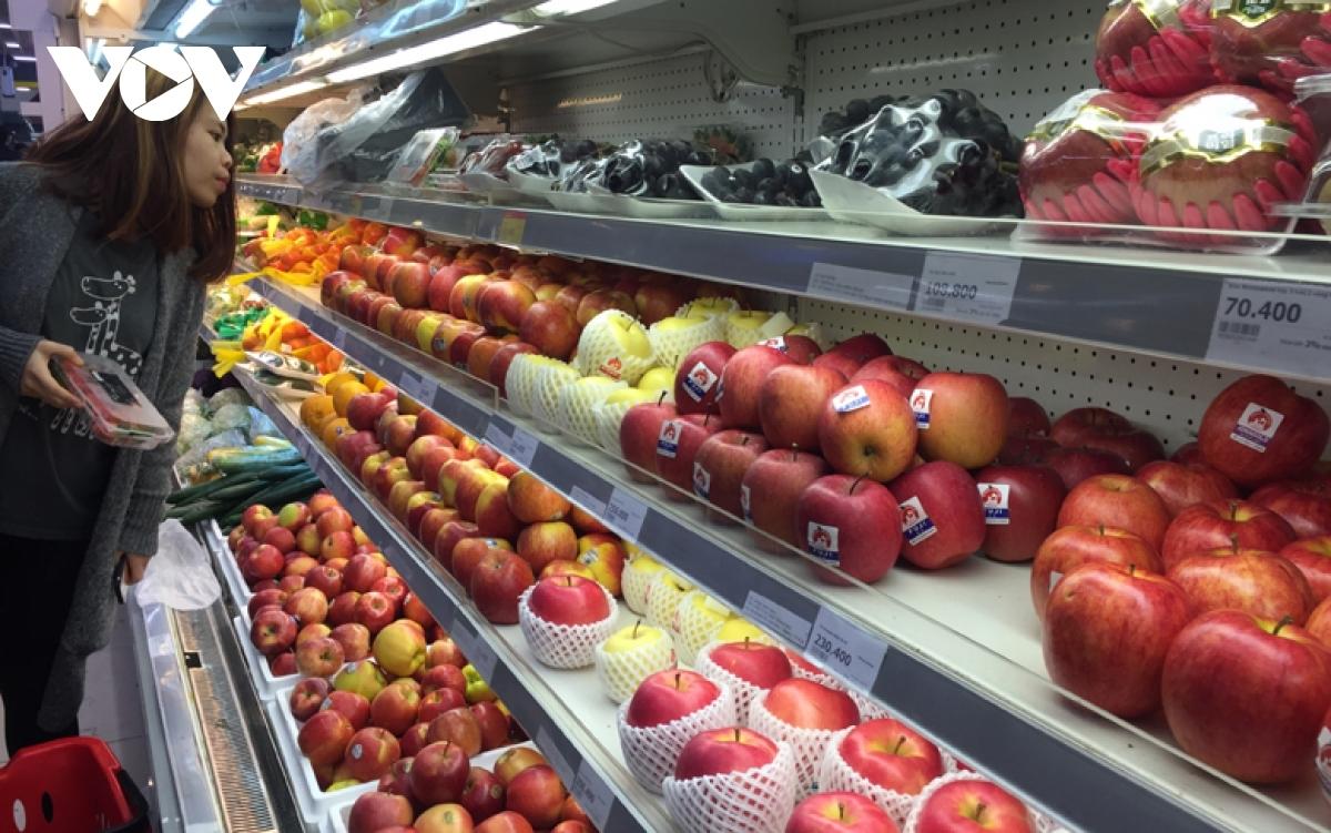 Cận Tết, hoa quả ngoại đầy ắp các cửa hàng, siêu thị, người mua thưa vắng