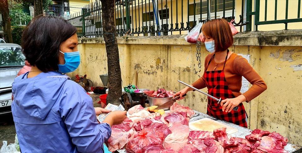 Thịt lợn ế ẩm, nhiều tiểu thương giảm giá 'thủng đáy' vớt vát tiền vốn