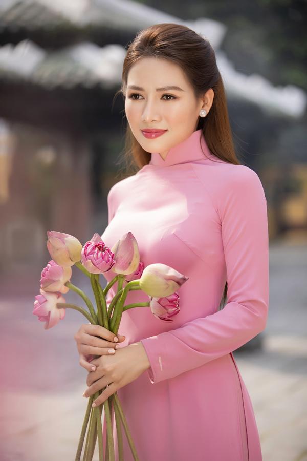 Văn Phượng 'Mẹ ghẻ' diện áo dài khoe khéo đường cong