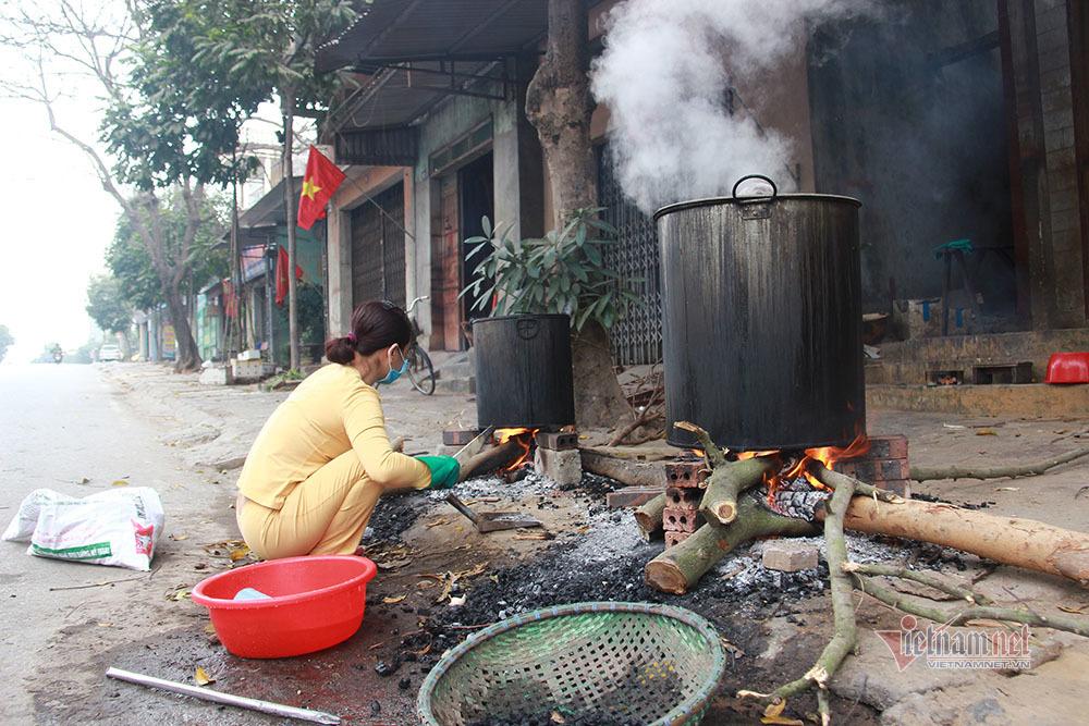 Tết đặc biệt ở khu phong tỏa Chí Linh, gói bánh chưng tặng đội kiểm dịch