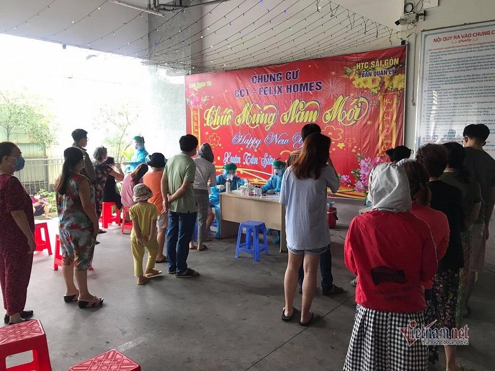 Phong tỏa chung cư liên quan 4 nhân viên Tân Sơn Nhất mắc Covid-19