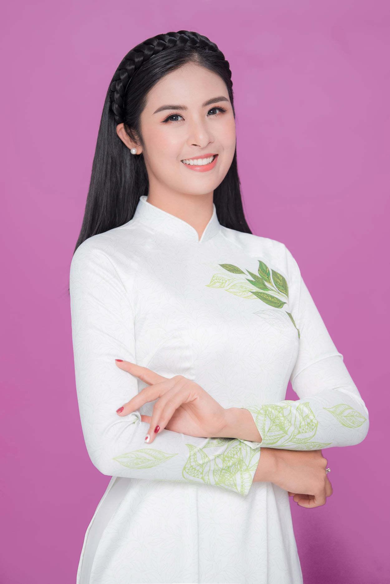 Ngọc Hân đeo khẩu trang khi ghi hình chương trình Tết của VTV