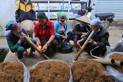 Đeo khẩu trang đi chợ 27 Tết, phụ nữ Mường hút thuốc lào chung ống điếu