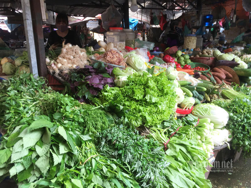 Chợ 27 Tết: Giá rau xanh giảm một nửa, đổ đống không một khách mua