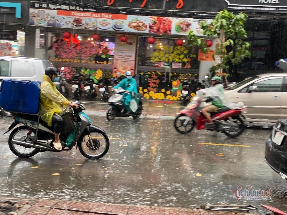 TP.HCM bất ngờ mưa trái mùa rất to ngày giáp Tết
